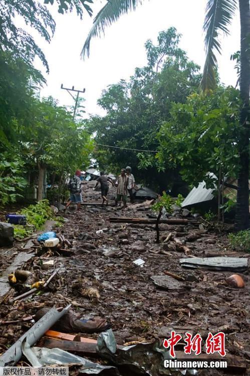 当地时间4月4日,印尼东部弗洛雷斯岛Lamanele村遭遇洪灾,房屋受损。