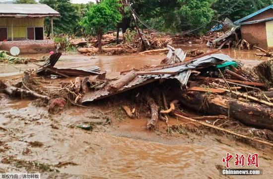 当地时间4月4日,印尼东部弗洛雷斯岛,遭遇山洪冲击后的村庄一片狼藉,建筑残骸和垃圾随处可见。据法新社报道,当日印度尼西亚救援人员表示,该国部分地区的暴雨引发了洪灾,已造成至少44人死亡、9人受伤。