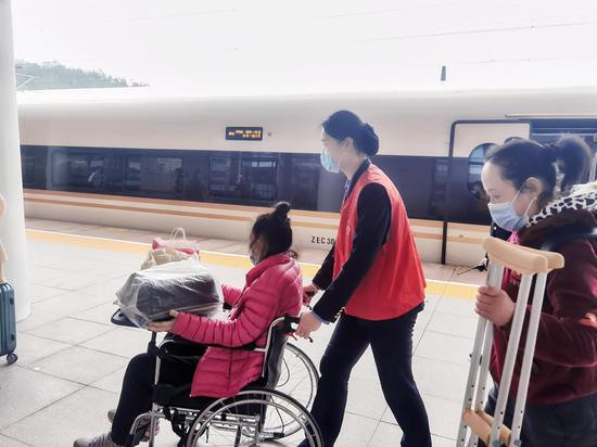 浙江缙云西站志愿者帮助重点旅客 庄卫东 摄