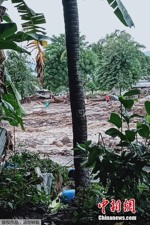 当地时间4月4日,印尼东部弗洛雷斯岛Lamanele村遭遇洪灾后的景象。