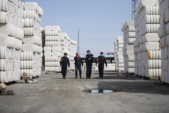 新疆铁警护航出疆棉花安全