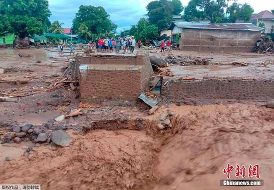 当地时间4月4日,印尼东部弗洛雷斯岛,村民查看村庄情况。