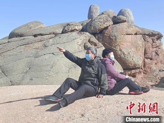 游客在草原石城奇石前拍照留念。 古丽娜 摄
