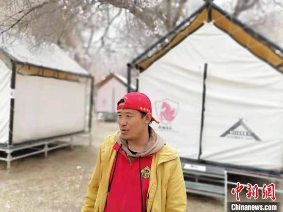河边的一块空地上,15个帐篷错落分布,接待观赏杏花的游客。 朱景朝 摄