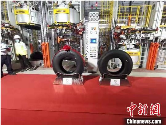 贵州轮胎股份有限公司(越南)年产120万条全钢子午线轮胎项目首条轮胎成功下线。郭仕贵 摄