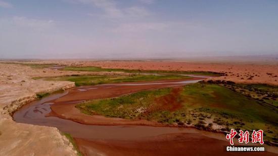 航拍新疆南部红色沙漠色彩迷人