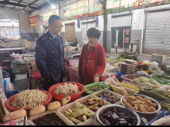 祁菊香的攤位成為越溪農貿市場蔬菜攤位的文明示范崗。  胡敏鋒 攝
