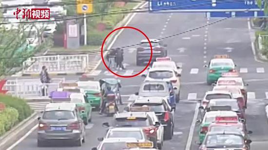 贵州两名少年车流中扶起被撞老人