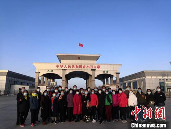 游客在吉木乃县口岸国门前合影留念 古丽娜 摄