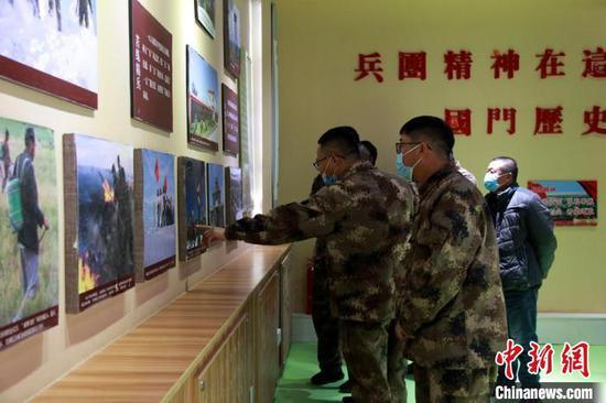 4月5日,在新疆兵团第十师一八六团在戍边文化馆内,参观者络绎不绝。 郝胜忠 摄
