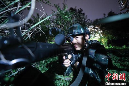 贵州安顺:武警官兵开展夜间追逃训练