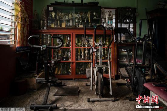 4月8日讯,当地时间3月18日,马来西亚霹雳州,健美运动员A. Arokiasamy的奖杯。尽管Arokiasamy年事已高,但曾经是举重冠军的他依然每天在健身房撸铁,他相信保持健康,坚持健康的作息,是抵御新冠病毒的最好办法。
