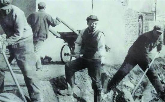 1982年二二一团干部带头挖渠道。