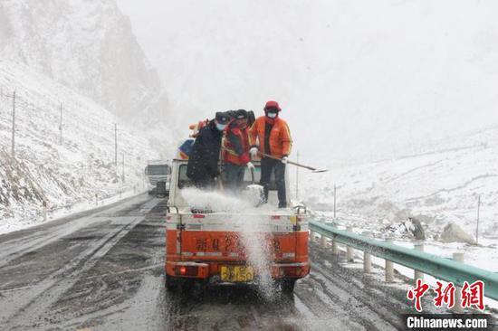 民警第一时间联合当地公路养护站成立应急小队携带煤粒等防滑物资前往拥堵路段进行清障疏导。 王振 摄
