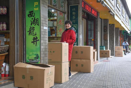 多家商№铺门口堆放着已打包好的龙井茶。  王刚 摄