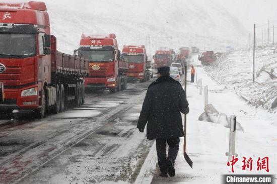 新疆阿克陶县山区持续低温雨雪天气造成314国道公格尔隧道路路面结冰百余辆车滞留。 王振 摄
