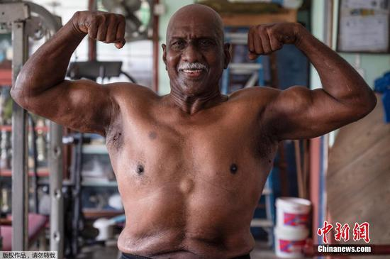 4月8日讯,当地时间3月18日,马来西亚霹雳州,健美运动员A. Arokiasamy在训练后拍照。尽管Arokiasamy年事已高,但曾经是举重冠军的他依然每天在健身房撸铁,他相信保持健康,坚持健康的作息,是抵御新冠病毒的最好办法。