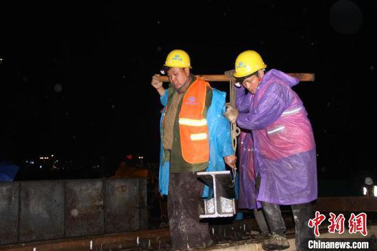 图为贵阳枢纽南西联络线纵梁槽开挖现场。 刘贵 摄