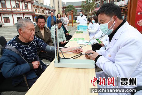 党员先锋医疗组为社区军民测量血压