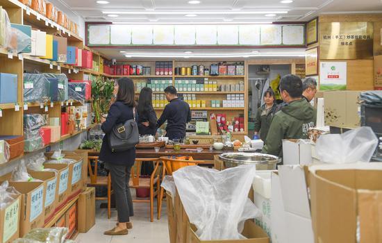 购买者在茶叶△店内选购龙井茶。  王刚 摄