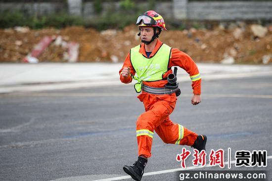 图为毕节支队消防指战员在100米消防障碍比赛中。瞿宏伦 摄