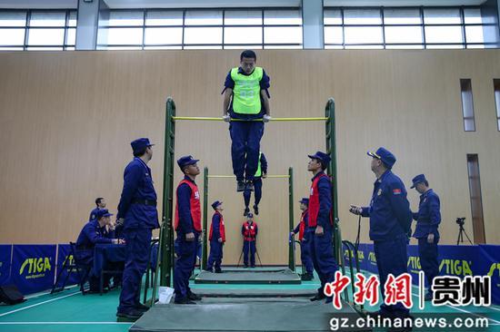 图为贵阳支队消防指战员在单杠卷身上比赛中。瞿宏伦 摄