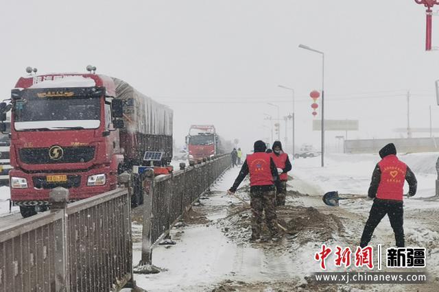 新疆若羌县依吞布拉克镇干部群众齐出动 破冰除雪保畅通