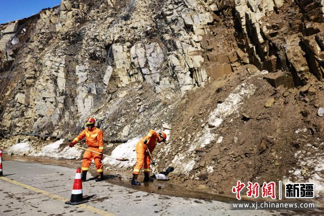 新疆阿勒泰地区消防清理道路落石 保障喀纳斯景区安全