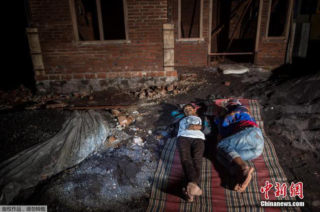 印尼南部海域发生6.1级地震 民众室外打地铺过夜