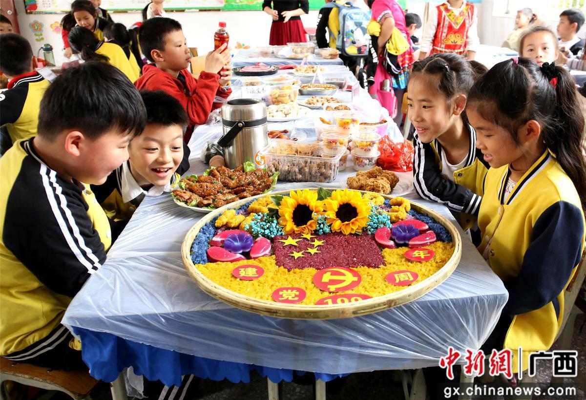 """广西小学生迎""""三月三"""" 壮族美食搬到教室"""