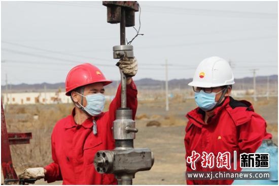 新疆油田科研骨干与技能专家师徒结对改变稠油注汽井换盘根难的历史