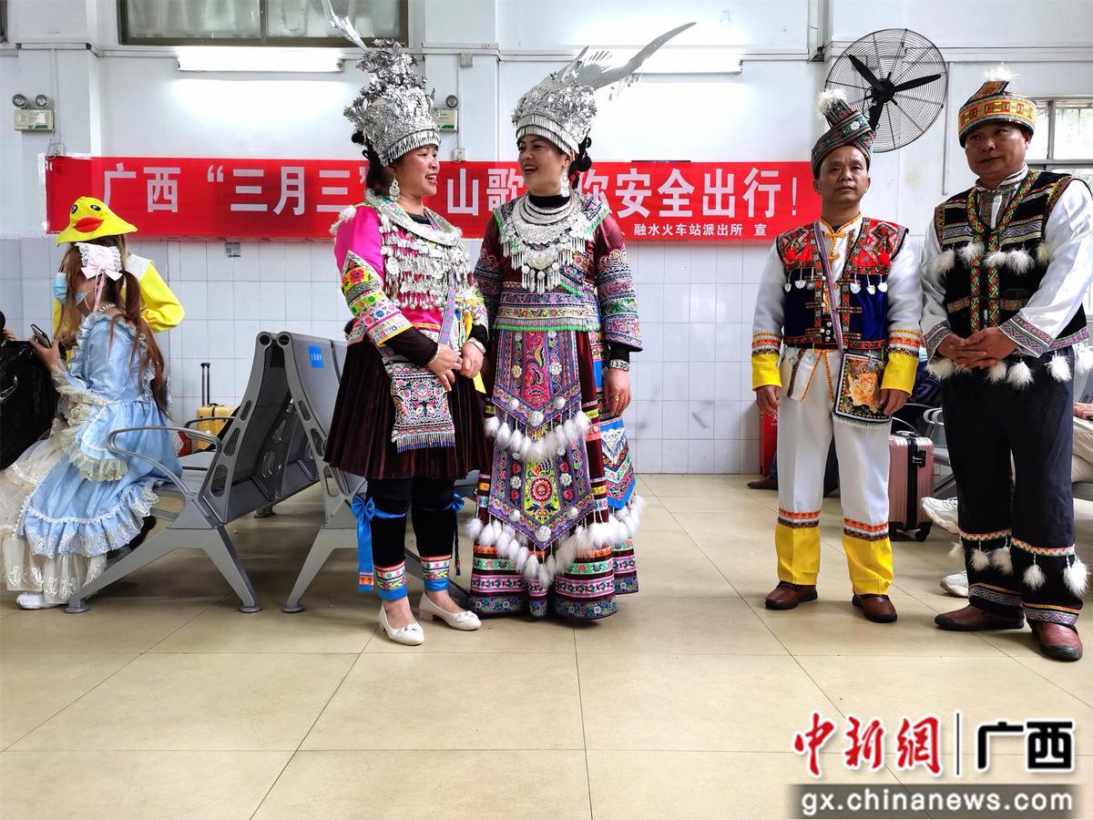 广西苗乡融水用山歌对唱话铁路安全