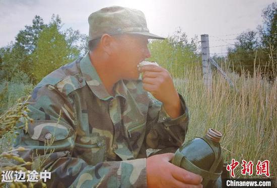 巡边路长,马军武带着几个馍馍,饿了啃几口,渴了喝几口凉水。(翻拍资料图)