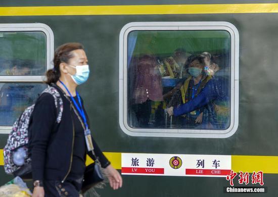 新疆铁路开行2021年首趟出疆旅游专列