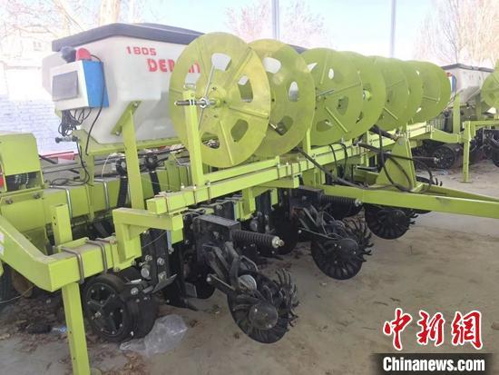 免耕玉米播种机械。 陶拴科 摄