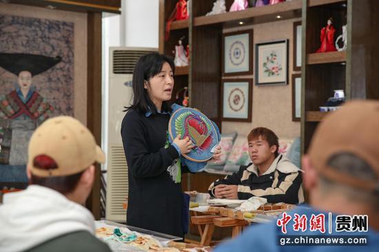 图为非遗学院老师在给学生上刺绣课。 瞿宏伦 摄