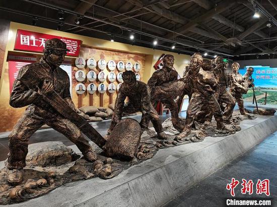 以抗洪守土故事为原型制作的纪念雕塑。 戚亚平 摄