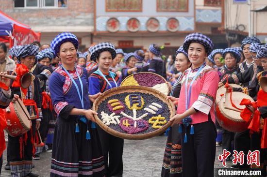 """贵州望谟:布依族同胞盛装欢度传统节日""""三月三"""""""