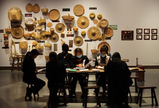 参观者在欣赏展�览出来的图片  王志岳 摄
