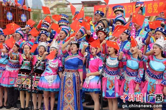 """广西桂林平乐县各族群众放歌""""壮族三月三"""""""