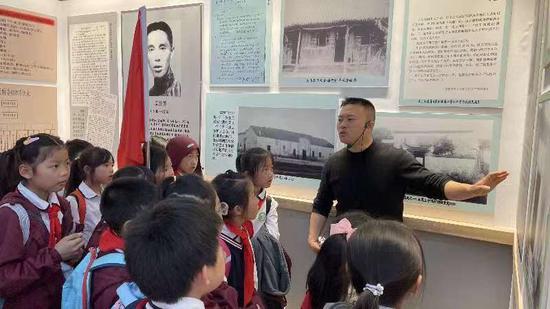 中共浙西特委旧址讲解员为学生讲述党史。 姜一峰 摄