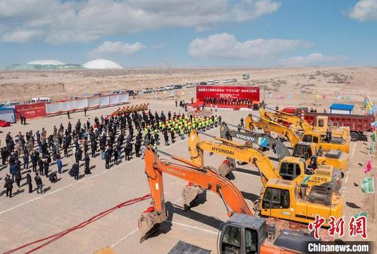 """新疆兵团第十二师现代畜牧业""""千百万工程""""项目开工。 赵凯 摄"""