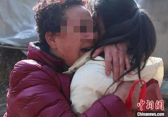 王奶奶与失散13年的小女儿小杨相拥而泣。五家渠垦区公安局供图
