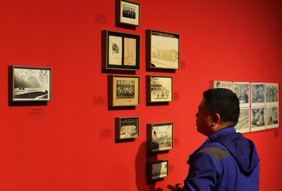 参观者在欣赏展々览出来的图片  王志岳 摄