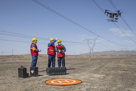 国网乌鲁木齐供电公司运用无人机开展输电线路云验收