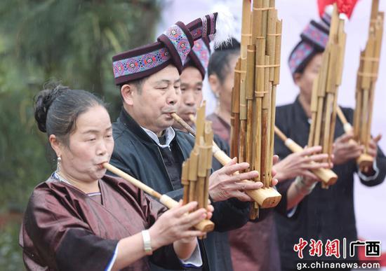 广西三江侗寨欢度土王节