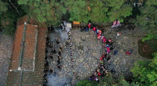中国最后一个枪手部落岜沙苗寨恢复民俗表演 景区迎客忙