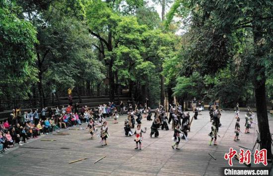 游客观看岜沙苗寨的民俗表演。 吴德军 摄