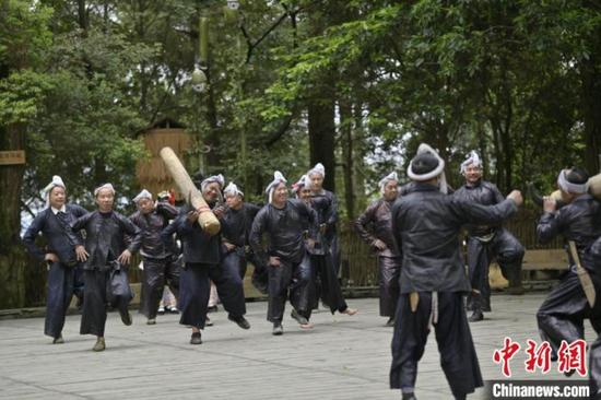 岜沙苗寨村民在为游客表演节目。 吴德军 摄