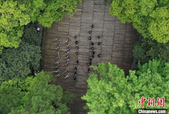 岜沙苗寨的村民在为游客表演民族舞蹈(无人机照片)。 吴德军 摄